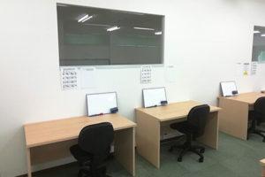 授業机です。個別指導で分からないところは質問できます。